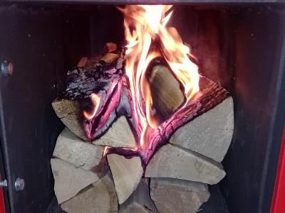 Процесс растопки дровяного котла верхнего горения